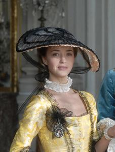 Hélène de Fougerolles dans la série de 2008 « Jeanne Poisson, marquise de Pompadour » (ses mouches à elles : la baiseuse, la galante, et la généreuse !)