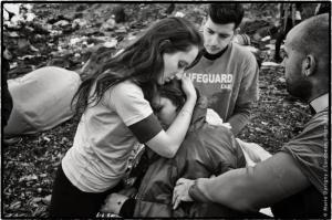 Lesbos, Grèce. Une jeune volontaire grecque du corps des sauveteurs en mer réconforte une réfugiée irakienne. Enceinte et en état de choc après la traversée en bateau depuis la Turquie, celle-ci a fait un malaise à son arrivée sur la plage. © Marie Dorigny pour le Parlement européen 2016