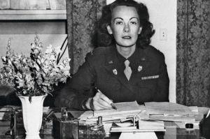 Kay à son bureau du SHAEF (QG des forces alliées) à Francfort, en octobre 1945, dans son uniforme de WAC, le corps féminin de l'armée américaine. Nommée lieutenant, puis capitaine, elle est la première femme ofcier d'ordonnance d'un général cinq étoiles. © Peter Carroll/AP/SIPA