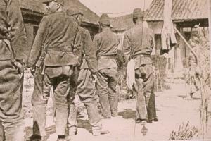 Soldats japonais attendant leur tour dans une longue file allant jusqu'à l'extérieur de la maison de réconfort