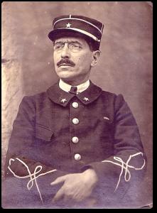 L'étoile pénitentiaire bien visible ici sur l'uniforme d'un surveillant-Chef vers 1925 – Collection Christophe Dieb